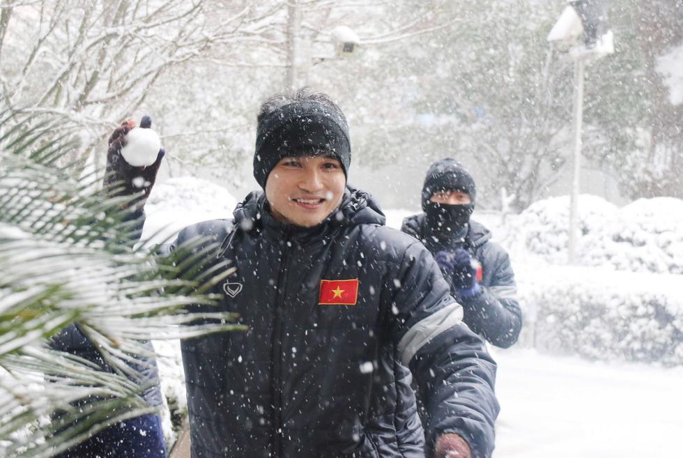 Tuyết phủ trắng nơi U23 Việt Nam đá trận chung kết lịch sử - Ảnh 3.