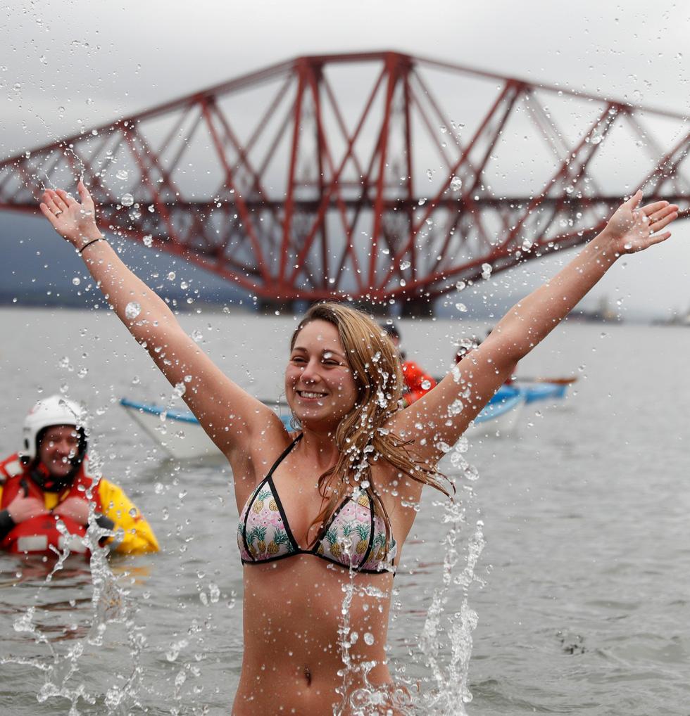 Bơi trong nước lạnh mừng năm mới ở khắp nơi - Ảnh 18.