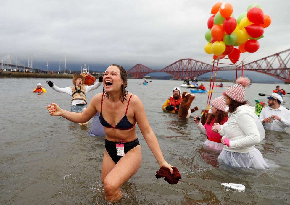 Bơi trong nước lạnh mừng năm mới ở khắp nơi - Ảnh 2.