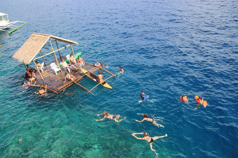 Nhảy xuống biển từ vách đá tại đảo thiên đường Philippines - Ảnh 4.