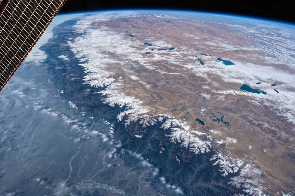 Ngắm ảnh 'nóc nhà thế giới' từ vệ tinh cực hùng vĩ - Ảnh 3.