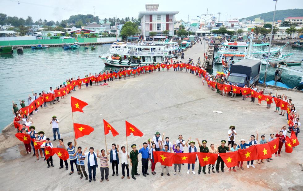 Nghệ sĩ hát, ngư dân phụ hò với Mùa xuân biển đảo 2018 - Ảnh 1.