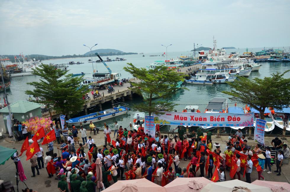 Nghệ sĩ hát, ngư dân phụ hò với Mùa xuân biển đảo 2018 - Ảnh 13.