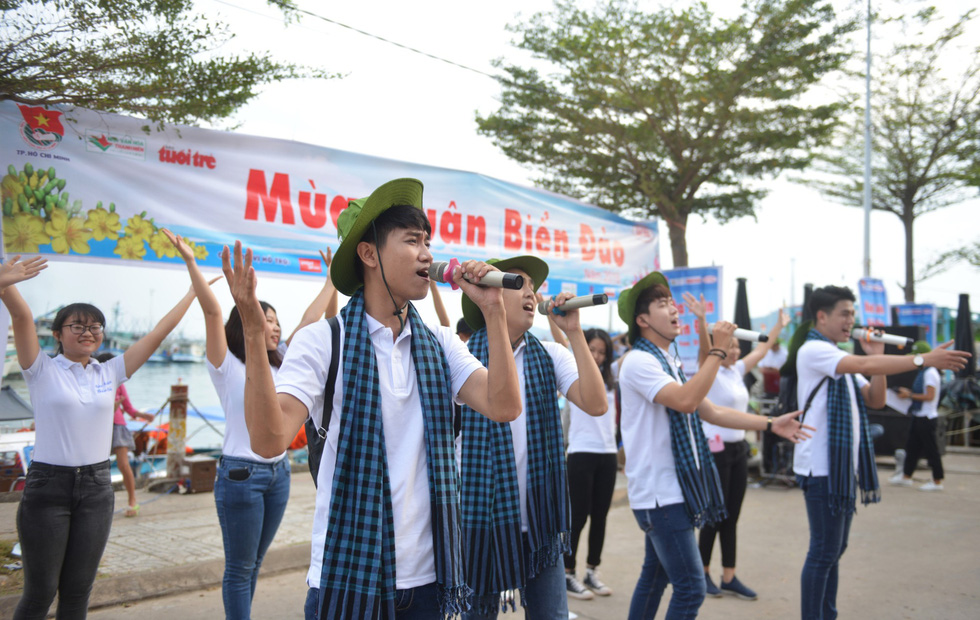 Nghệ sĩ hát, ngư dân phụ hò với Mùa xuân biển đảo 2018 - Ảnh 2.