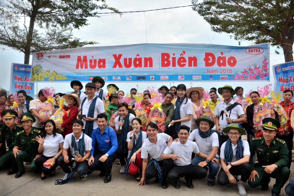 Nghệ sĩ hát, ngư dân phụ hò với Mùa xuân biển đảo 2018 - Ảnh 3.