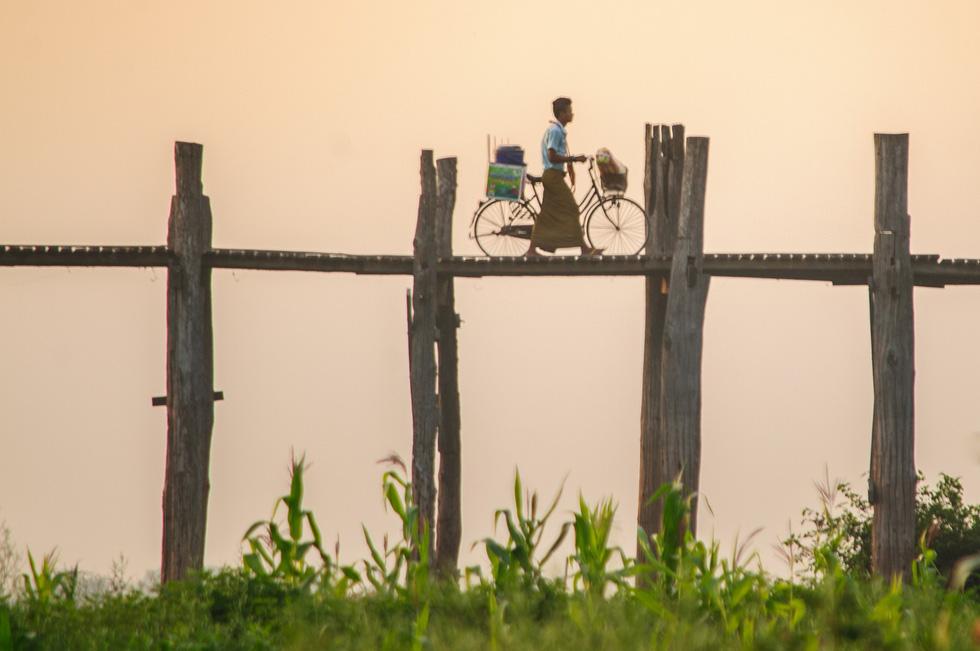 Đi Mandalay ngắm hoàng hôn ở cầu U Bein - Ảnh 8.