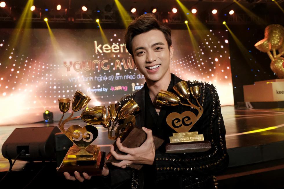 Soobin Hoàng Sơn lập hattrick tại Keeng Young Awards 2017 - Ảnh 1.