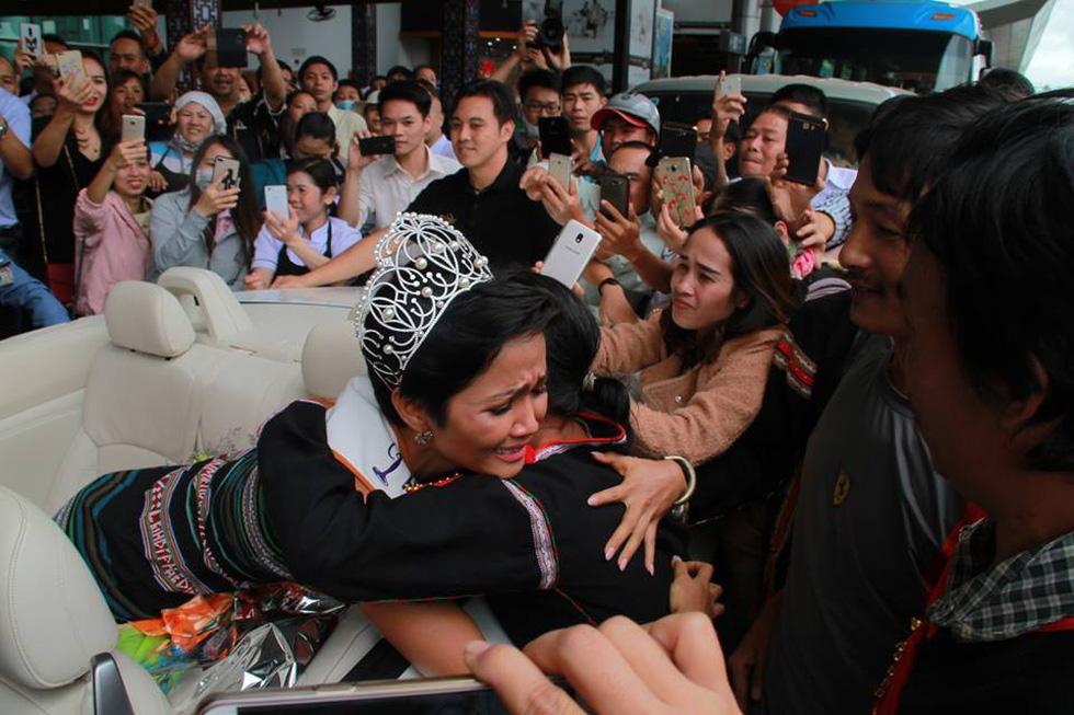 Đắk Lắk gặp gỡ, khen thưởng Hoa hậu Hoàn vũ H'Hen Niê - Ảnh 1.