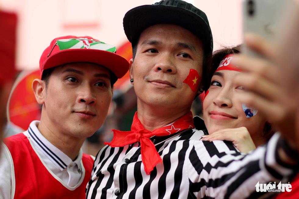 Nghệ sĩ Sài Gòn tụ hội cổ vũ đội tuyển U23 Việt Nam - Ảnh 3.