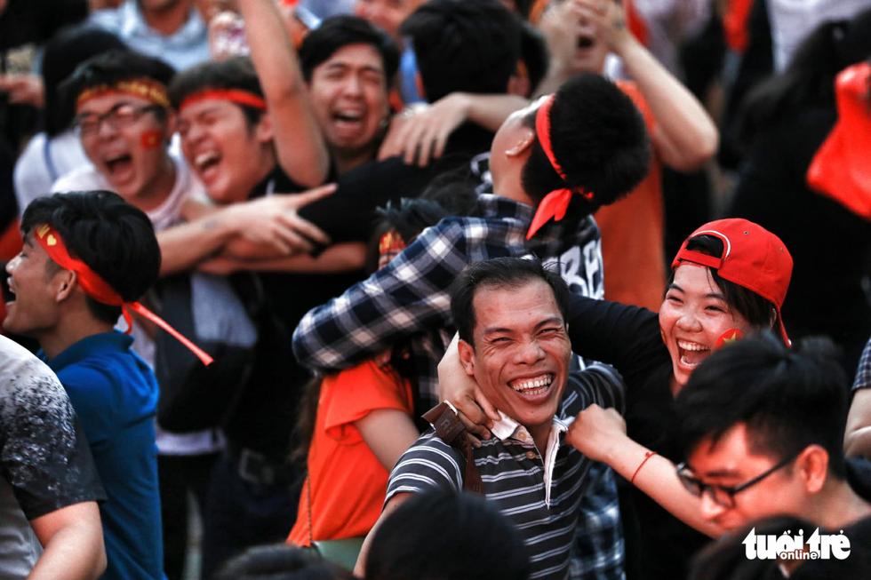 Fan Việt cuồn cuộn đổ ra đường mừng kỳ tích U23 Việt Nam - Ảnh 6.