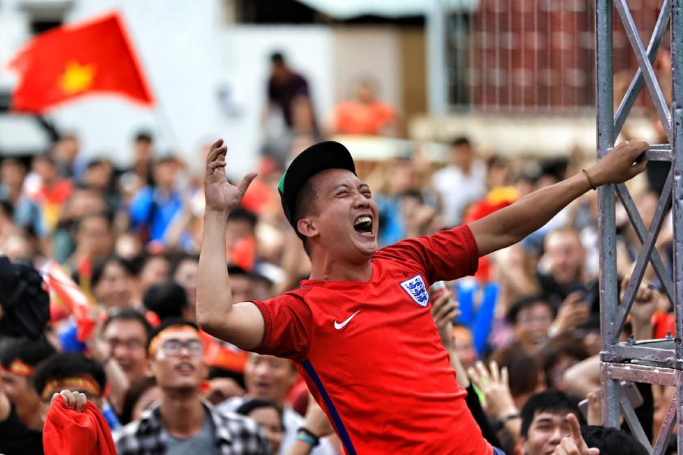 Fan Việt cuồn cuộn đổ ra đường mừng kỳ tích U23 Việt Nam - Ảnh 5.
