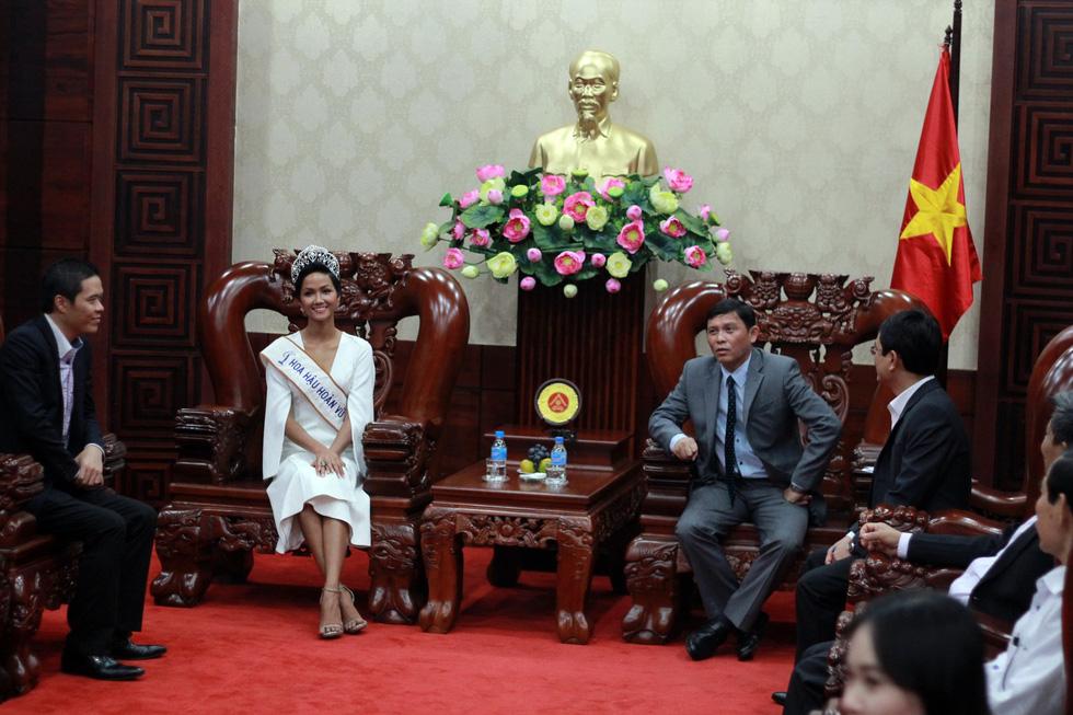Đắk Lắk gặp gỡ, khen thưởng Hoa hậu Hoàn vũ H'Hen Niê - Ảnh 2.