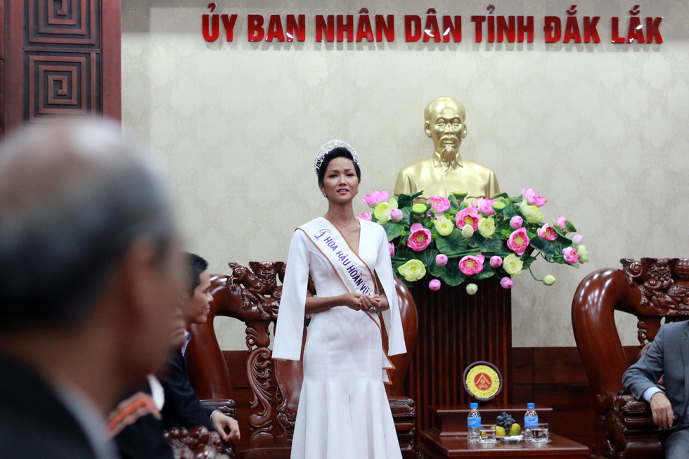 Đắk Lắk gặp gỡ, khen thưởng Hoa hậu Hoàn vũ H'Hen Niê - Ảnh 6.