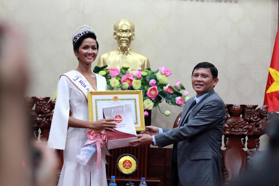 Đắk Lắk gặp gỡ, khen thưởng Hoa hậu Hoàn vũ H'Hen Niê - Ảnh 3.