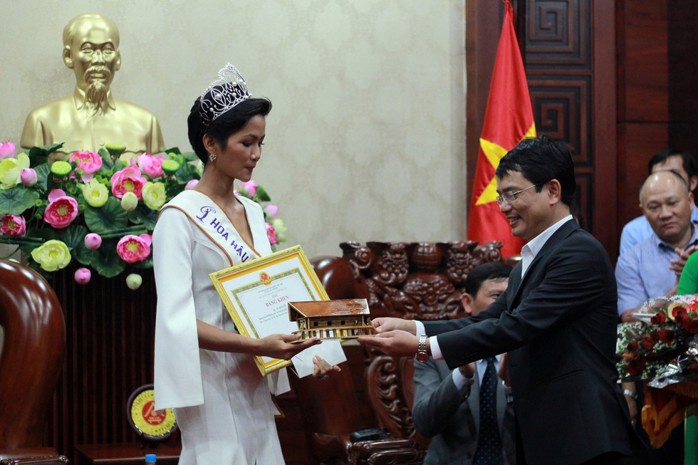 Đắk Lắk gặp gỡ, khen thưởng Hoa hậu Hoàn vũ H'Hen Niê - Ảnh 4.