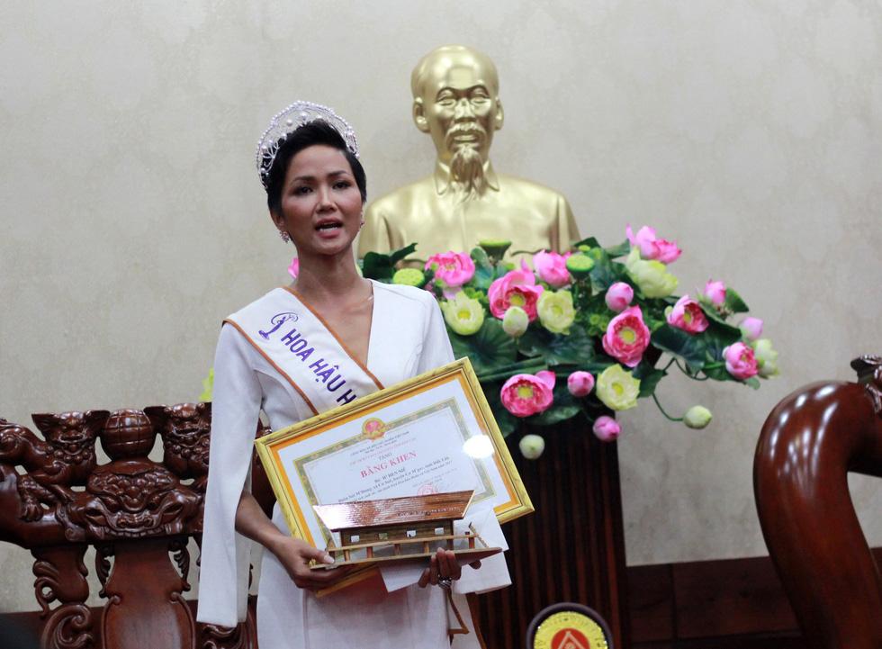 Đắk Lắk gặp gỡ, khen thưởng Hoa hậu Hoàn vũ H'Hen Niê - Ảnh 7.