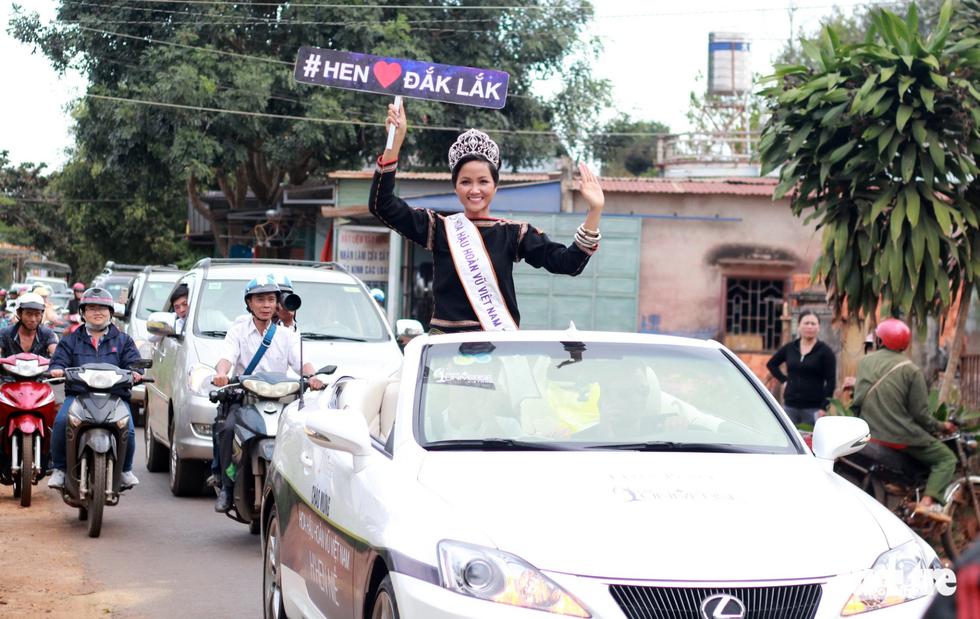 Hoa hậu HHen Niê đi xe máy cày về buôn làng - Ảnh 7.