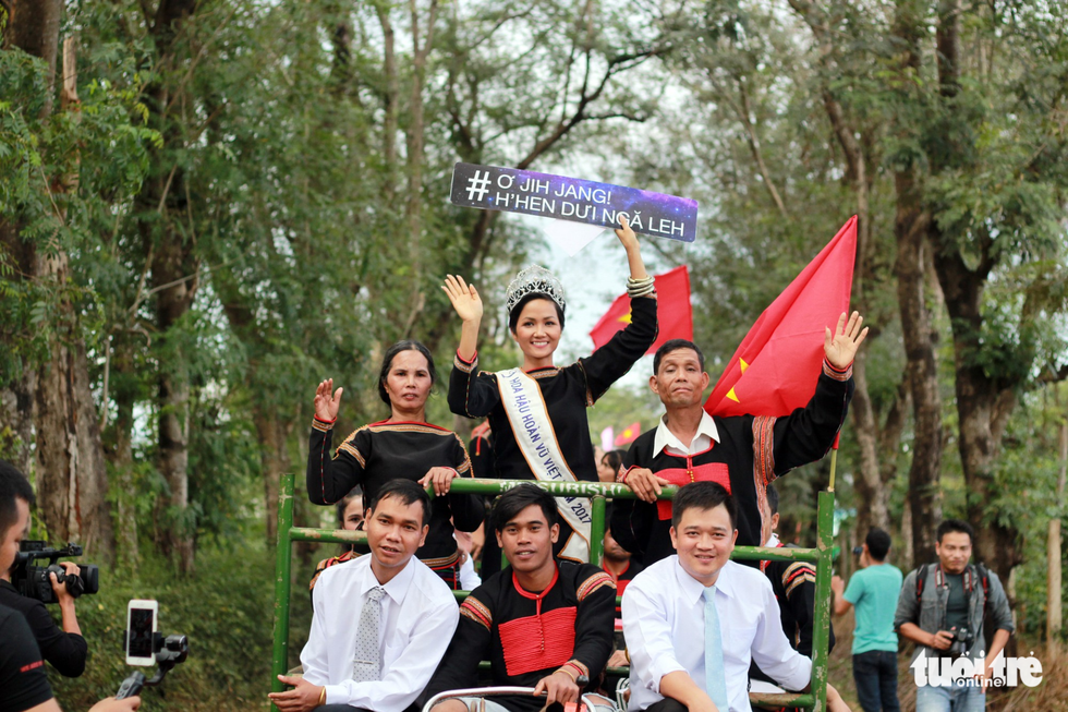 Hoa hậu HHen Niê đi xe máy cày về buôn làng - Ảnh 1.
