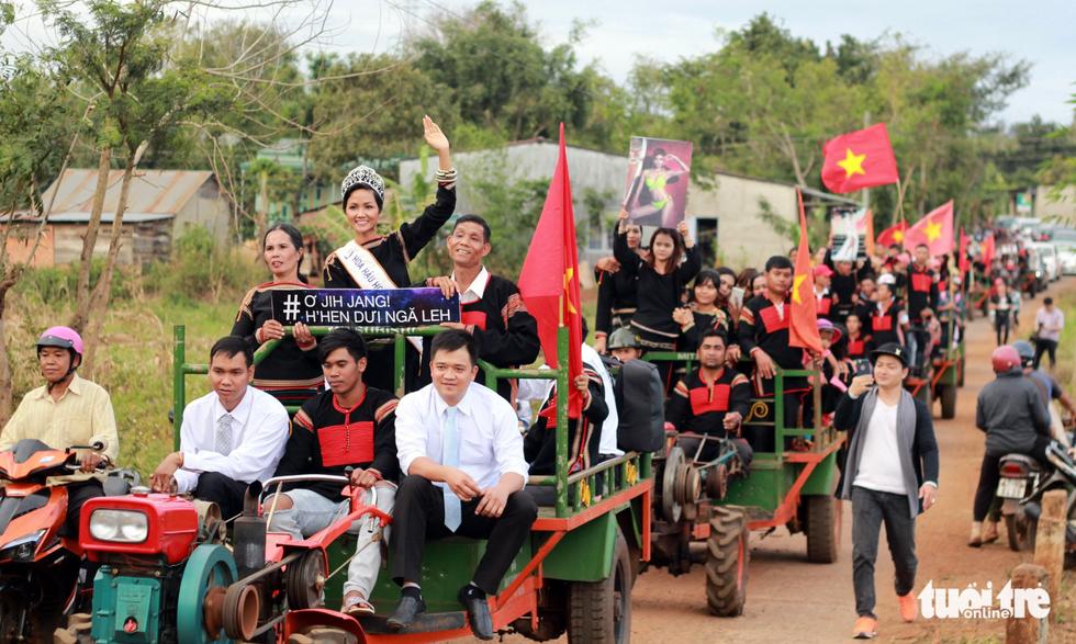 Hoa hậu HHen Niê đi xe máy cày về buôn làng - Ảnh 5.