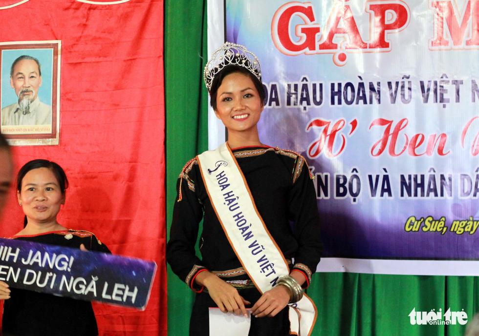 Hoa hậu HHen Niê đi xe máy cày về buôn làng - Ảnh 8.