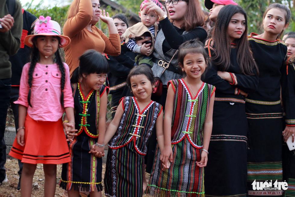 Hoa hậu HHen Niê đi xe máy cày về buôn làng - Ảnh 3.
