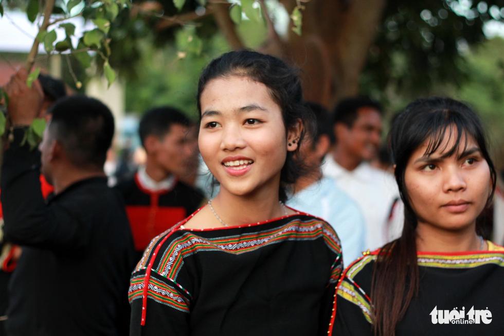 Hoa hậu HHen Niê đi xe máy cày về buôn làng - Ảnh 12.