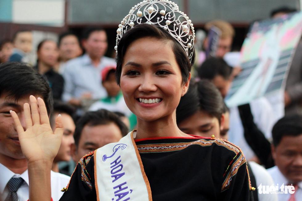 Hoa hậu HHen Niê đi xe máy cày về buôn làng - Ảnh 6.