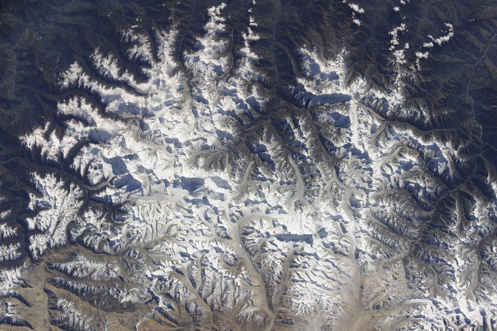 Ngắm ảnh 'nóc nhà thế giới' từ vệ tinh cực hùng vĩ - Ảnh 10.