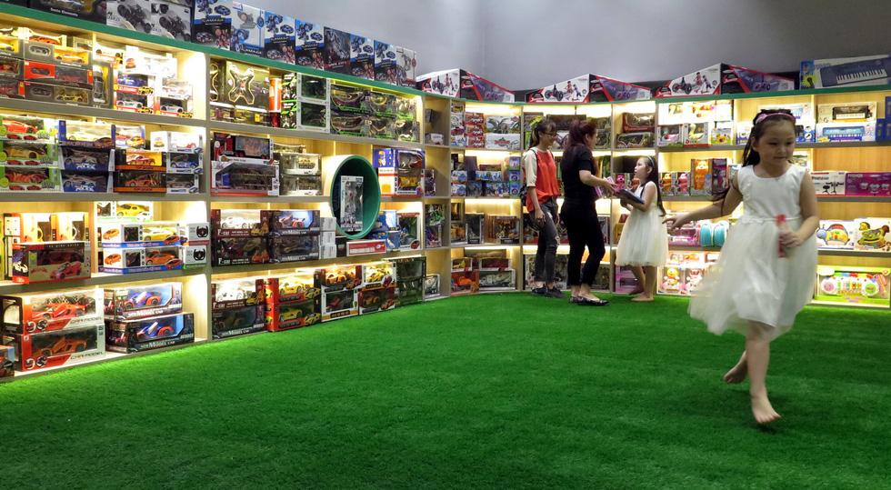 Sân cỏ nhân tạo tại khu vui chơi của thiếu nhi - Ảnh: L.Điền