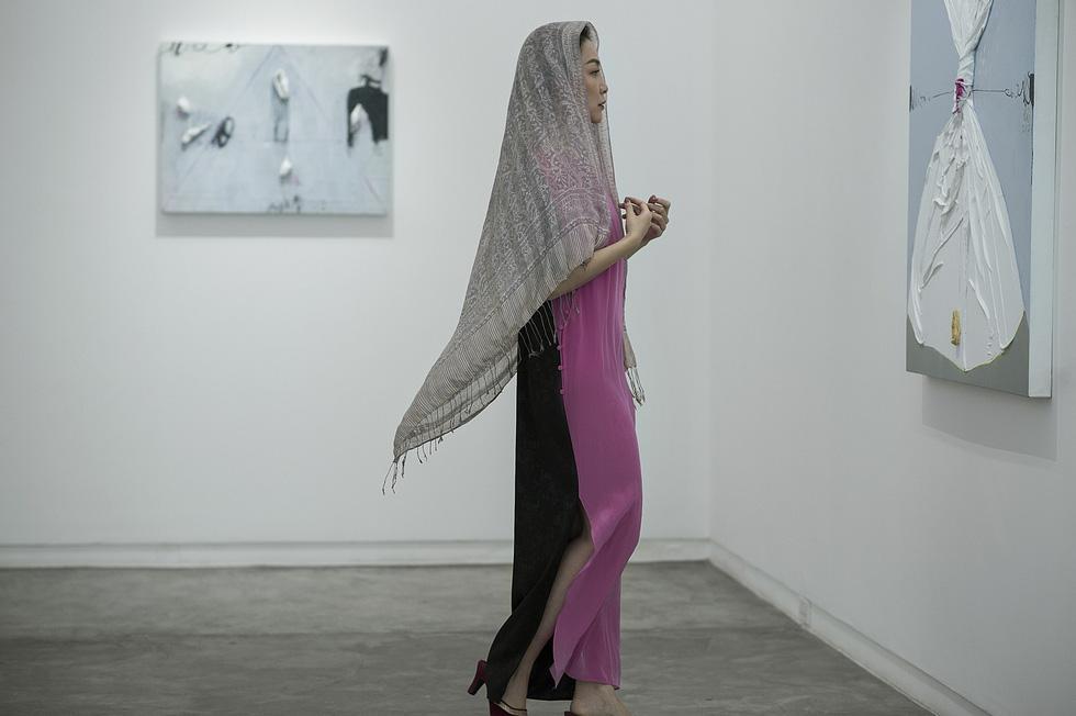 Chim công làng múa hút hồn trong trang phục của Lam - Ảnh 3.