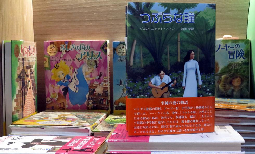Quyển Mắt Biếc của Nguyễn Nhật Ánh tại Thành phố sách châu Âu - Ảnh: L.Điền