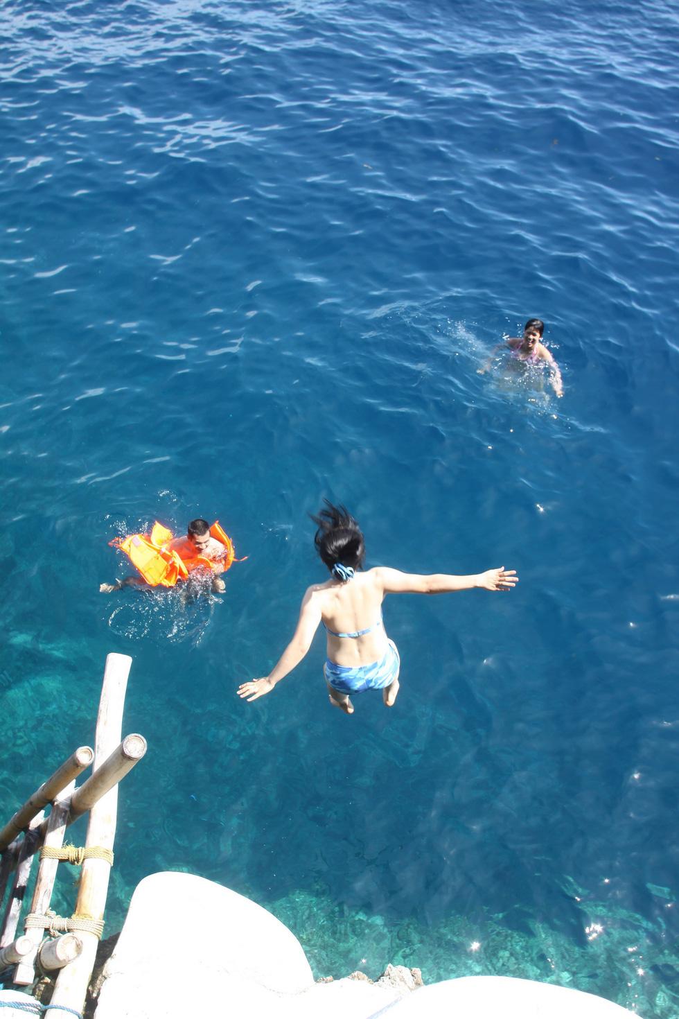 Nhảy xuống biển từ vách đá tại đảo thiên đường Philippines - Ảnh 5.