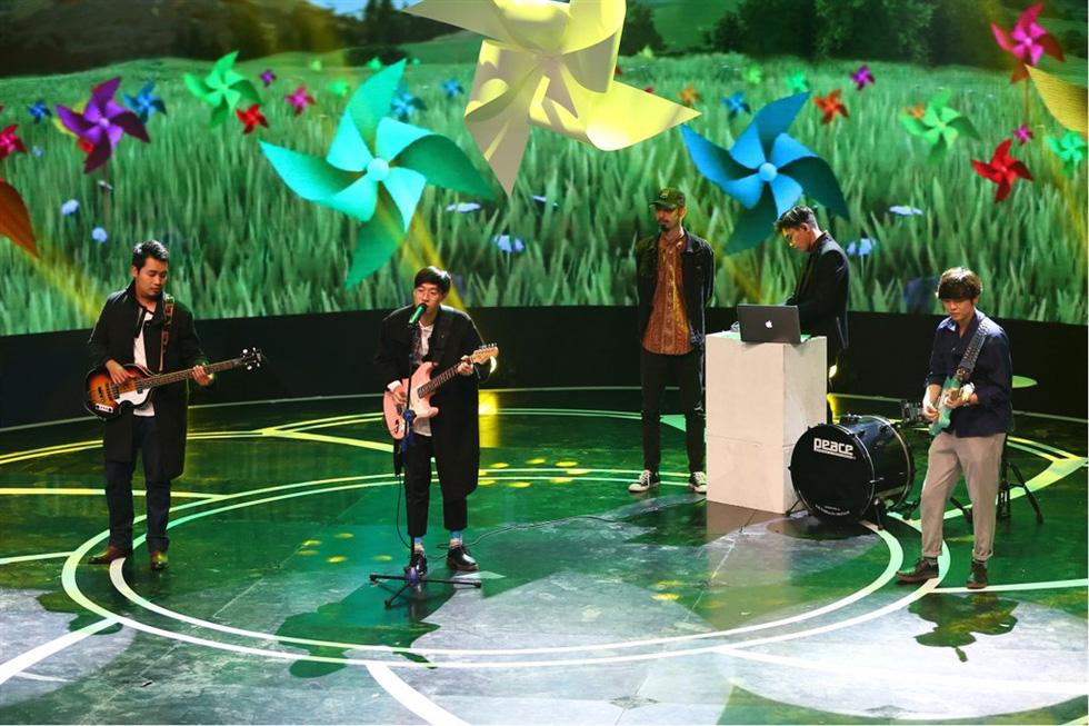 Uyên Linh hát Lời tỏ tình của mùa xuân trong Giai điệu tự hào - Ảnh 7.
