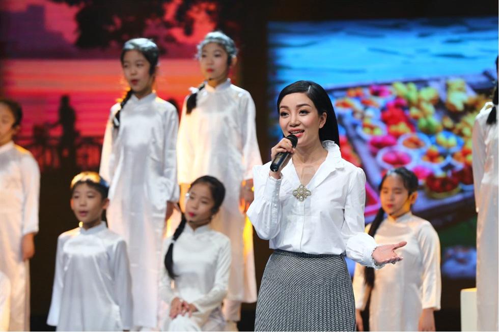 Uyên Linh hát Lời tỏ tình của mùa xuân trong Giai điệu tự hào - Ảnh 6.