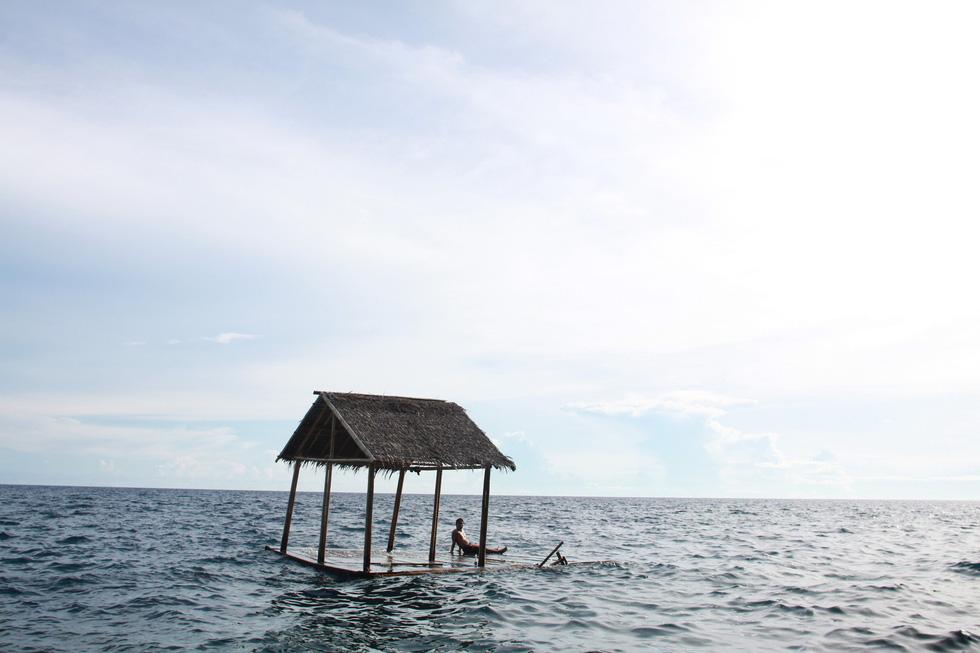 Nhảy xuống biển từ vách đá tại đảo thiên đường Philippines - Ảnh 3.