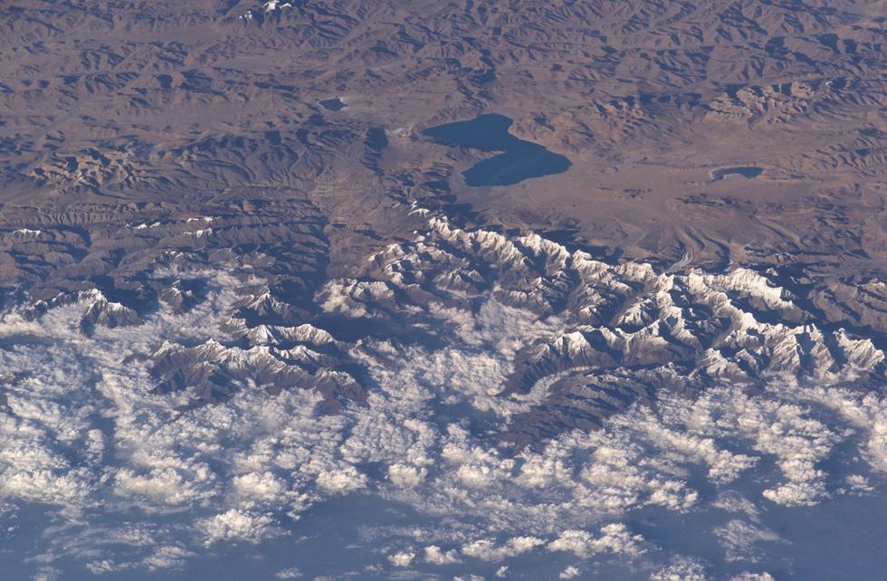Ngắm ảnh 'nóc nhà thế giới' từ vệ tinh cực hùng vĩ - Ảnh 4.