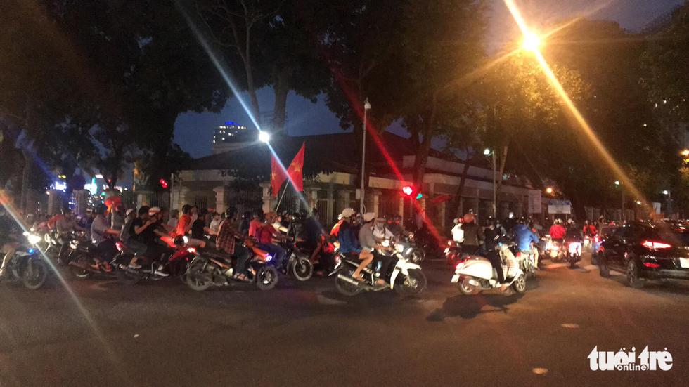 Fan Việt cuồn cuộn đổ ra đường mừng kỳ tích U23 Việt Nam - Ảnh 3.