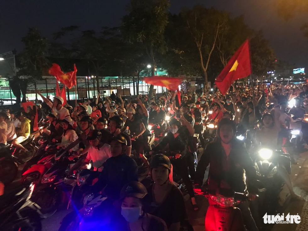 Fan Việt cuồn cuộn đổ ra đường mừng kỳ tích U23 Việt Nam - Ảnh 4.