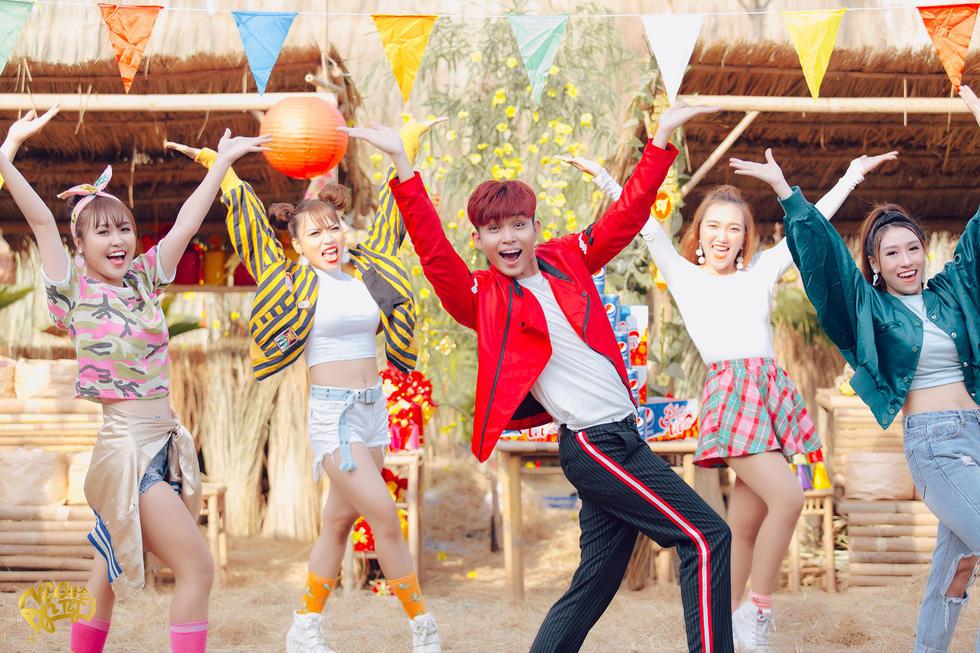 Jun Phạm bắt tay Mew Amazing ra mắt MV Về quê ăn Tết - Ảnh 1.