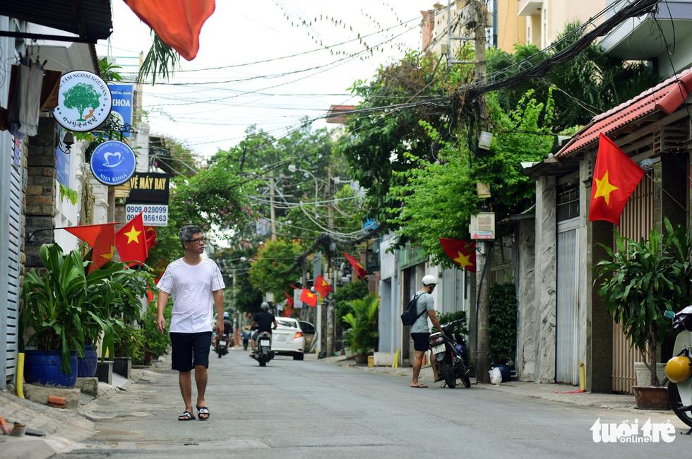 Phố xá Sài Gòn vắng vẻ, se lạnh ngày đầu năm - Ảnh 1.