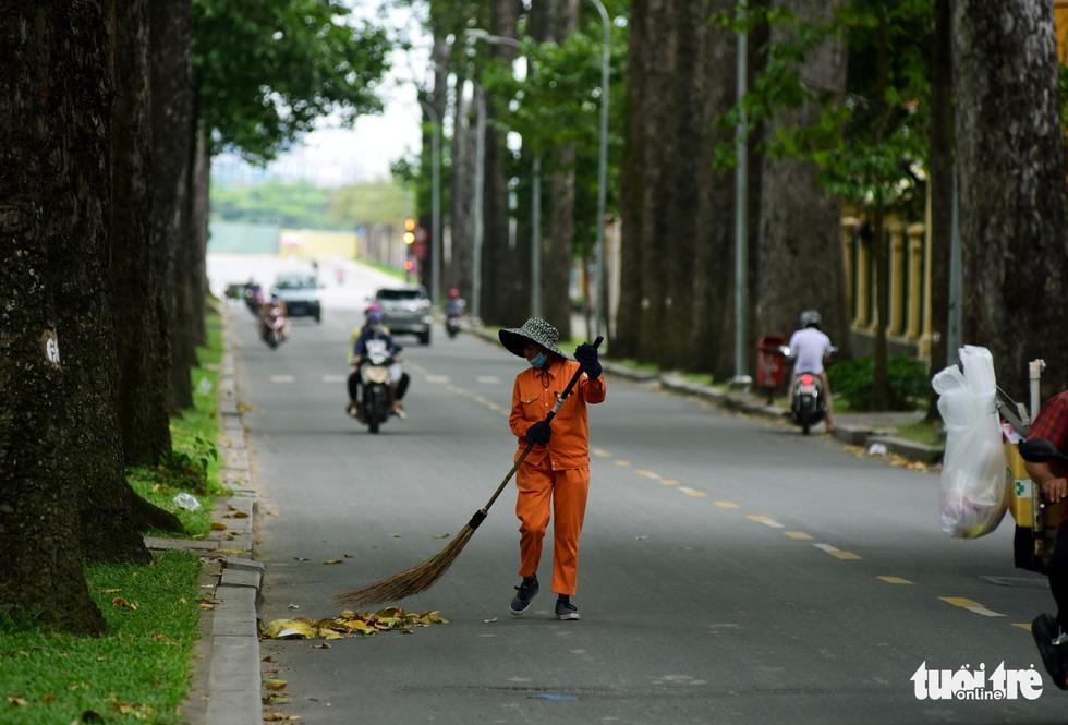 Phố xá Sài Gòn vắng vẻ, se lạnh ngày đầu năm - Ảnh 2.