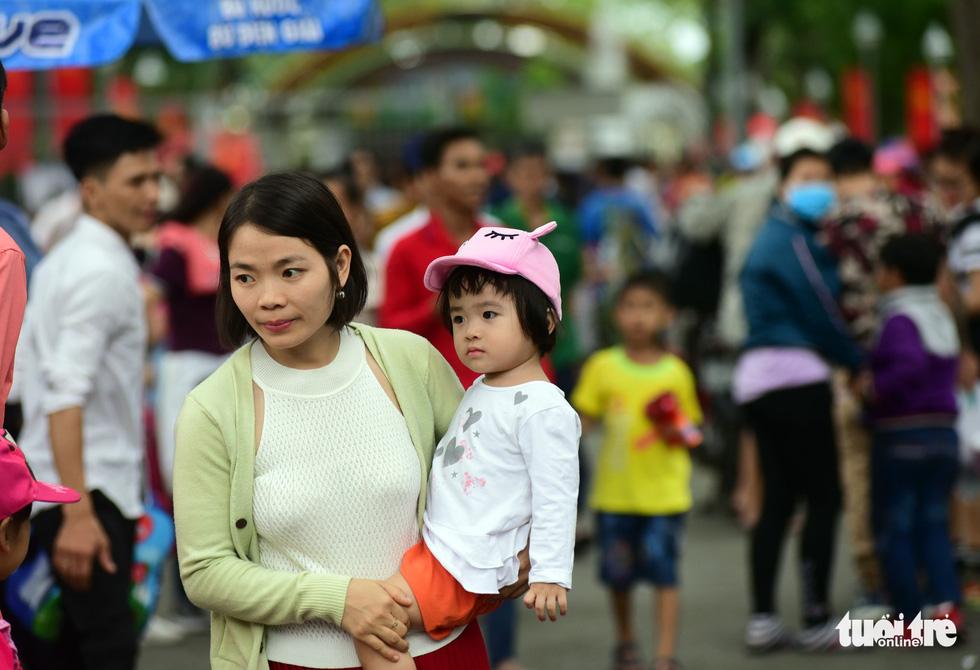 Phố xá Sài Gòn vắng vẻ, se lạnh ngày đầu năm - Ảnh 3.