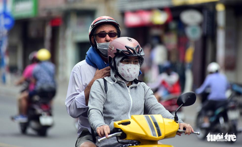 Phố xá Sài Gòn vắng vẻ, se lạnh ngày đầu năm - Ảnh 4.