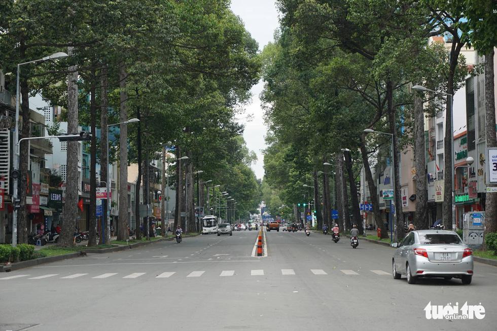 Phố xá Sài Gòn vắng vẻ, se lạnh ngày đầu năm - Ảnh 9.