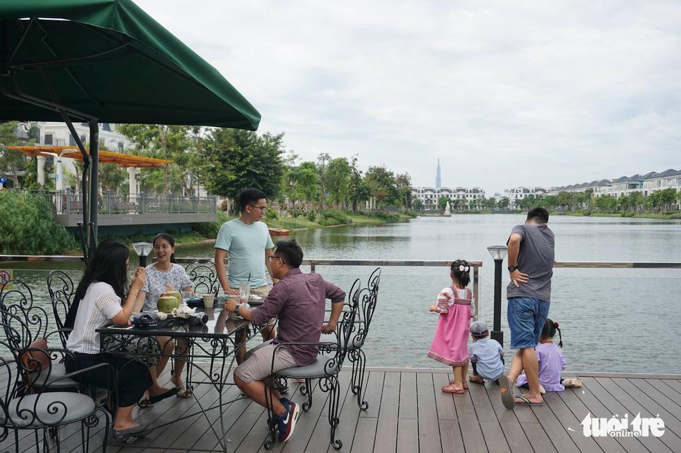 Phố xá Sài Gòn vắng vẻ, se lạnh ngày đầu năm - Ảnh 10.