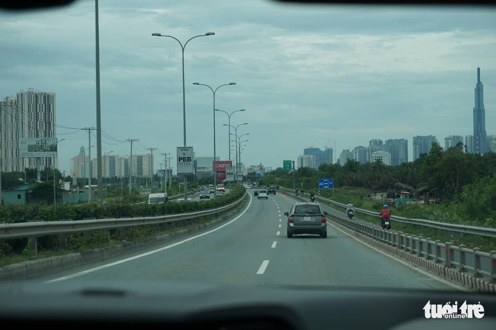 Phố xá Sài Gòn vắng vẻ, se lạnh ngày đầu năm - Ảnh 11.