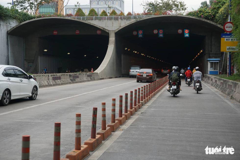 Phố xá Sài Gòn vắng vẻ, se lạnh ngày đầu năm - Ảnh 12.