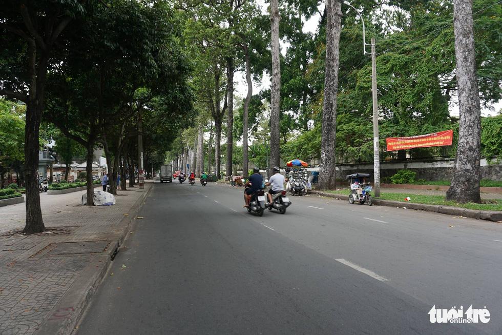 Phố xá Sài Gòn vắng vẻ, se lạnh ngày đầu năm - Ảnh 13.