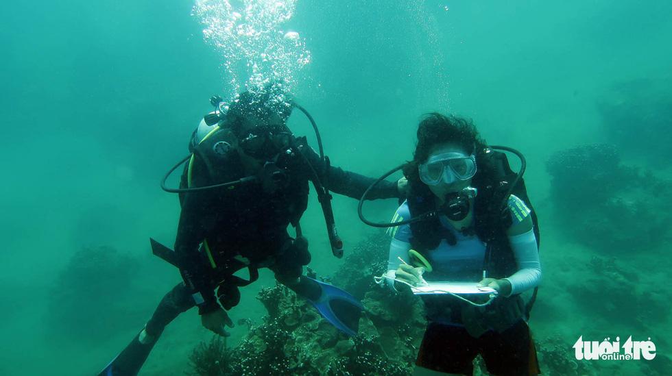 Nữ kiểm lâm dưới đáy biển - Ảnh 1.