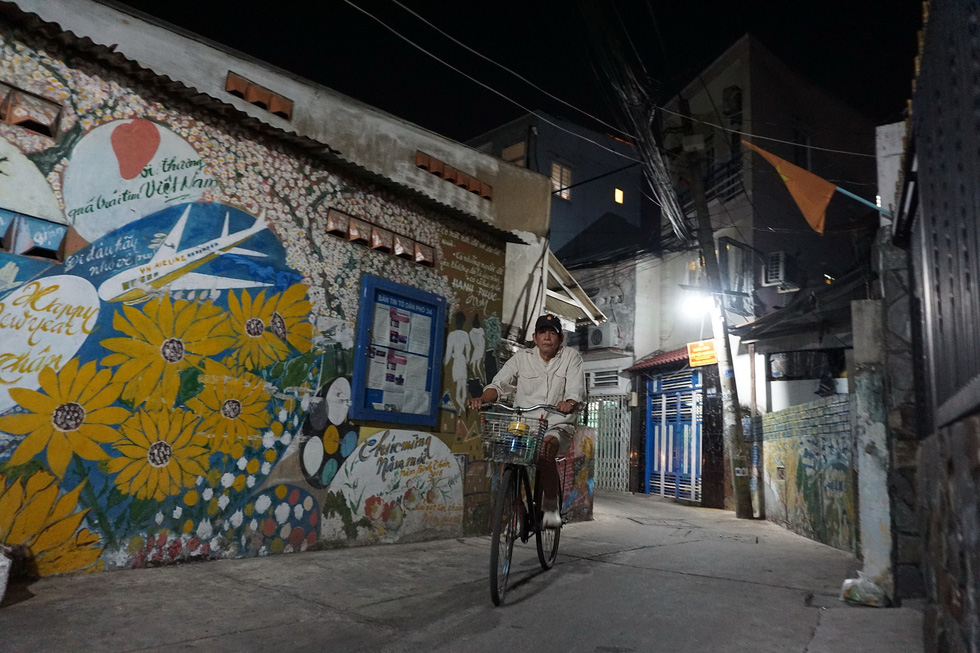 Người họa sĩ già và những bức tường cũ của Sài Gòn - Ảnh 7.